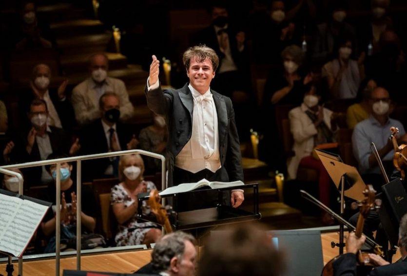 Jakub Hrůša al frente de la Filarmónica de Berlín con obras de Neuwirth y Bruckner