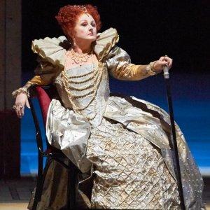 La Ópera de Viena subasta, desde 100€, vestidos llevados por Gruberova, Domingo, Netrebko o Carreras